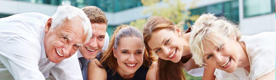 Crowdfunding - Gruppe lächelnder Menschen